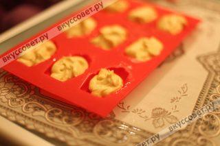 Выкладываем тесто для печенек по формам