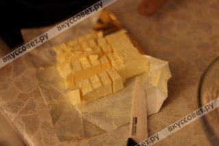 Сливочное масло нарезаем на небольшие кусоки