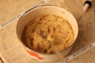 Получается хорошее минадальное тесто, сворачиваем его в пленку в колбасу и убираем в холодильник на 30 минут минимум