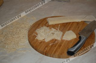 Для удобства лепешку делю на две части, начинаю нарезать первую