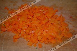 Далее чищу вареную морковку, мелко нарезаю,