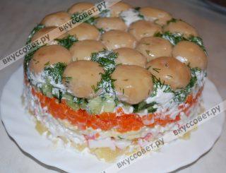После отведенного времени для пропитки, салат достаём, кладем на него плоскую тарелку и переворачиваем