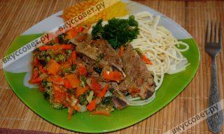 На тарелку выкладываю спагетти, ребрышки с овощами