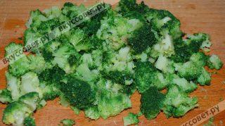 Капусту брокколи делю на более мелкие соцветия