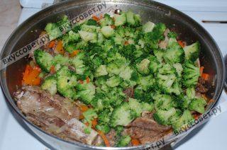 Добавляю в сковороду капусту брокколи