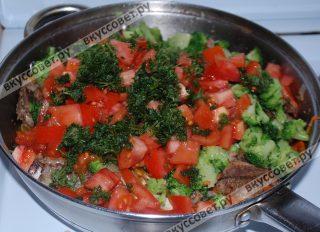 Также добавляю томаты и зелень, оставляю тушиться ещё 5 мин