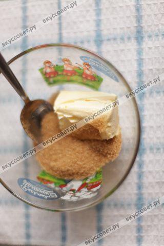 Взбиваем миксером размягченное масло с сахаром