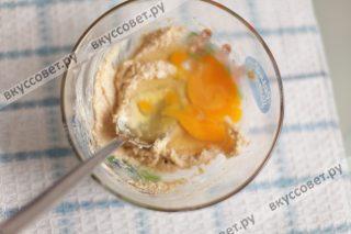 Продолжая взбивать, добавляем яйцо и смешиваем до однородной массы