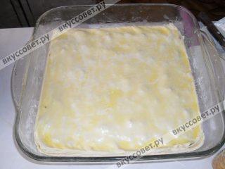 Последний слой у нас должен получиться тестом, его также обильно поливаем сливочным маслом и убираем лишние края