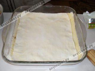 Затем выкладываем второй слой теста, далее всё выполняем аналогично, чередуя тесто и начинку