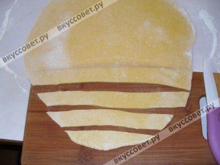 Далее режем его на полоски, шириной 2-3 см