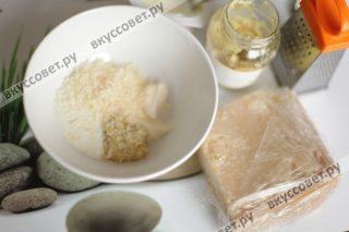 В отдельной миске смешиваем натуральный йогурт, горчицу и 20 грамм мелко натертого пармезана
