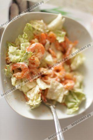 Смешиваем остывшие креветки с салатными листьями