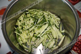 Первым делом нужно приготовить овощи, для этого их режем, тут дело вкуса, важно то, что все овощи должны быть порезаны примерно одинаково, мне нравится `соломка`