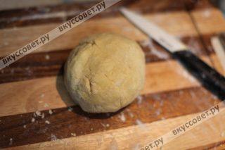 Формируем тесто, если оно у вас рассыпается, добавьте 3 ст