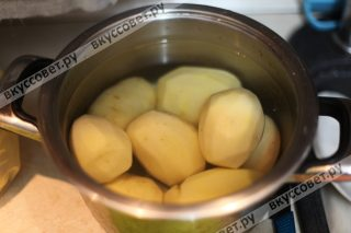 Делаем начинку : чистим картофель, отвариваем его до готовности в подсоленной воде