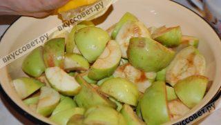 Чтобы яблоки не потемнели, выжимаю на них лимонный сок, перемешиваю (опять же руками, и снова масочка для рук и ногтей)