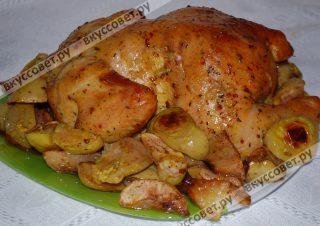 Курочку с печеными яблоками перекладываю на большое блюдо и подаю к столу!