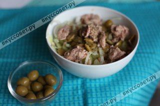 Делаем заправку из оливкового масла, соль, перца, лимонного сока и бальзамического уксуса, выкладываем поверх салата тунец небольшими кусочками и поливаем заправкой для салата