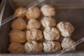 Противень смазываем растительным маслом и формируем из теста шарики размером с грецкий орех