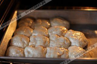 Ставим пампушки в духовку нагретую до 45 градусов на 30 минут, они увеличатся еще в 2 раза, затем разогреваем духовку до 180 градусов и выпекаем пампушки в течение 15 минут до золотистого цвета