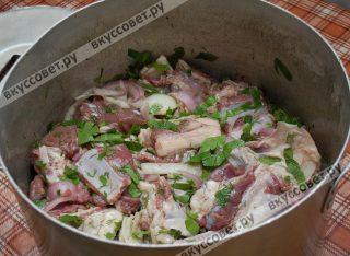 Ещё раз перемешиваем, накрываем кастрюлю крышкой и оставляем мясо мариноваться на 4-5 часов (у нас стоял даже дольше: с утра замариновали, а готовили на ужин)