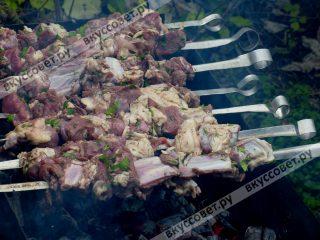 Угли готовы, на мангал раскладываем шампура и начинаем готовить шашлык