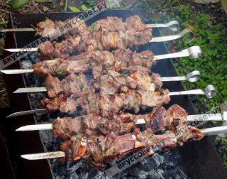 Через 2-3 минут шампура переворачиваем и жарим мясо с другой стороны