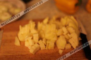 Яблоки чистим от семян и кожуры и нарезаем небольшими кубиками