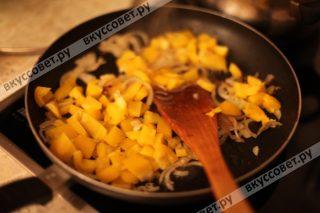 К обжаренному репчатому луку добавляем порезанный болгарский перец