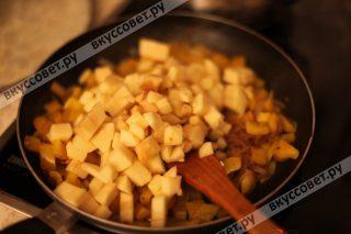 Затем добавляем порезанные яблоки и тушим 5 минут на среднем огне
