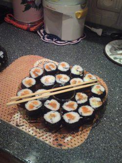 Суши по домашнему: Очень вкусно получается! :) это как пицца - можно ингредиенты выбираем сами это может быть что угодно...