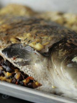 Карп, фаршированный грибами и кукурузой: Карп – это действительно «народная рыба». У этой рыбы нежный вкус, она недорогая, и ее легко можно купить...