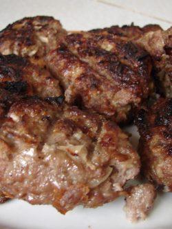 Котлеты жареные на огне: Какая же вкусная еда, приготовленная на костре. Можно делать шашлыки, овощи, люля кебаб и многое другое,...
