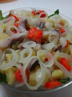 Салат из картофеля, маринованного лука и сельди: Сытный, зимний салат. Готовится просто. Очень вкусный!!! Советую.