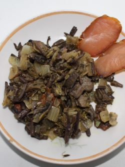 Салат с грибами и папоротником: Представляю на общественный суд тёплый салат с папоротником и грибами! Ну или наоборот. Вы любите...
