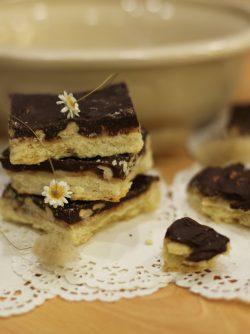 Печенье с карамелью и шоколадом: Предлагаю вам попробовать очень вкусное и интересное печенье. В нем слой песочного теста, слой карамели...