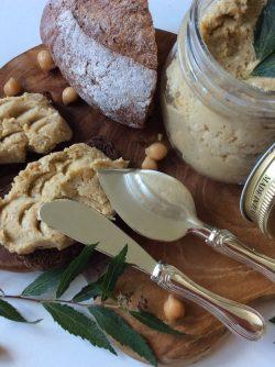 Хумус: Хумус - это закуска из нутового пюре, оливкового масла и специй. Хумус очень популярен в странах ближнего...
