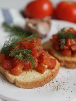Брускетта с помидорами: Брускетта - это закуска, как бутерброд, только хлеб предварительно обжаренный. Лучше всего для брускетты...