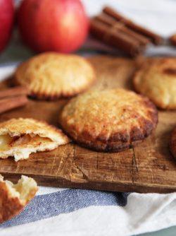 Творожное печенье с яблоками: Как-то захотелось что-нибудь вкусное, а яиц дома не оказалось, пришлось и выдумывать и искать рецепт...