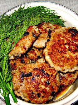 Куриные котлеты с грибами: В моей семье очень любят курицу . Сегодня решила на ужин приготовить куриные котлеты с грибами.