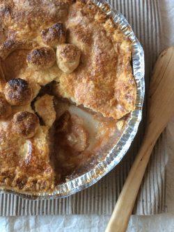 Правильный яблочный пирог: Друзья, все из нас любят яблочные пироги, и у каждого свой рецепт:) Сегодня поделюсь идеальным рецептом...