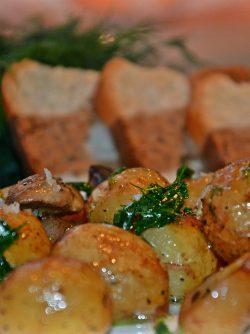 Молодая картошка с грибами в духовке: Вкусная и хрустящая картошечка !!! Отличный ужин.