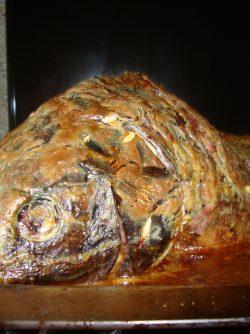 Карп в сметане печеный в духовке: Запеченный в духовке карп блюдо красивое и вкусное. Мне принесли карпа около 6 килограммов весом и так...