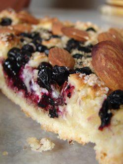 Пирог с творогом и черникой: Пироги с ягодами на тонком тесте - мечта любого человека, любящего сладкое в жаркое лето. Отказать себе...