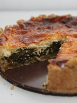Пирог с щавелем: Идем на огород или на рынок и покупаем большой пучок вкусного и сочного щавеля. Сегодня готовим пирог...