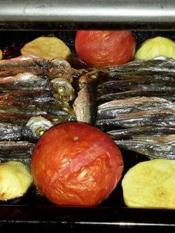 Рыба в духовке: Рыба с запечёнными овощами в духовке - это вкусно и быстро.