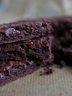 Шоколадный брауни: Брауни - классический шоколадный десерт американской кухни. Сейчас брауни можно найти в любом кафе или...