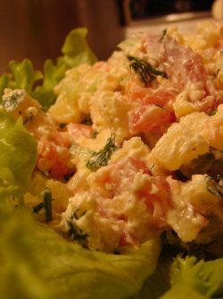 Салат из красной рыбы, картофеля и огурца: Этот салат придумал один мой друг и готовит его постоянно, как только мы встречается:) Салат действительно...