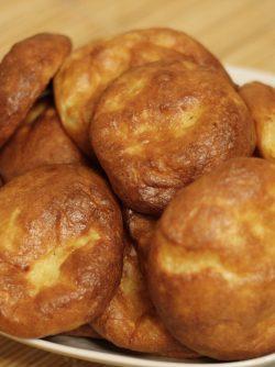 Сырные булочки: Вот вам вариант чудесного завтрака и сырного хлеба для любого блюда:) Не ожидала, что получится так вкусно...